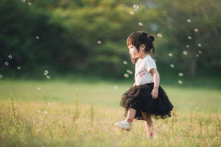 親子寫真,家庭攝影,台中,自然互動,草地,東海大學,玩想影像