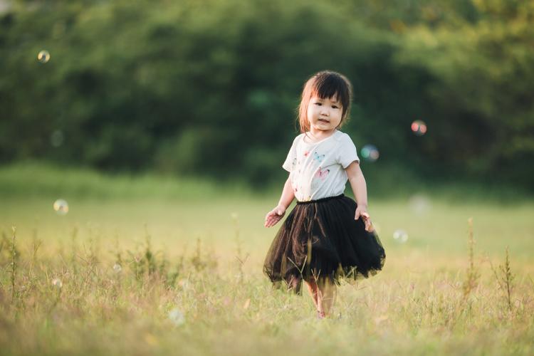 親子寫真,家庭攝影,台中,自然互動,草地,東海大學,玩想影像,泡泡